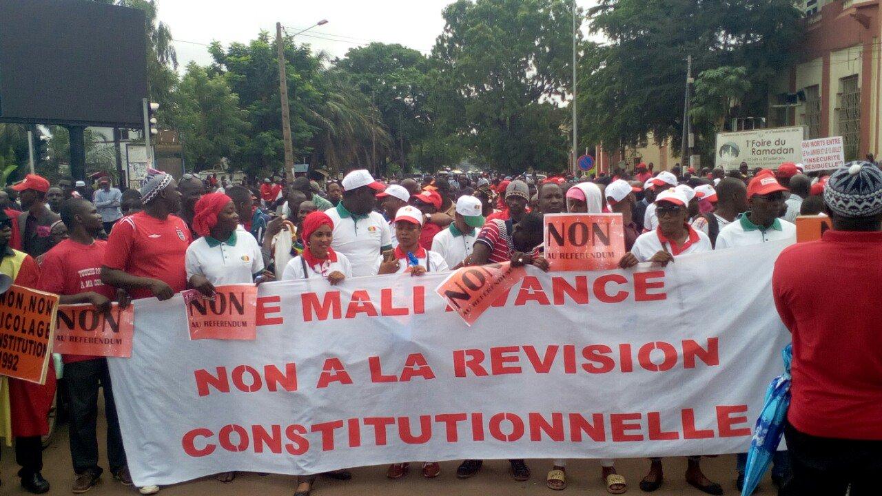 """#MALI #Referendum #constitution La marche a démarré sur une note de Master Soumi """". Avec comme refrain démission de Tapo.A BAS Tapi et IBK https://t.co/XYBHLxNk35"""