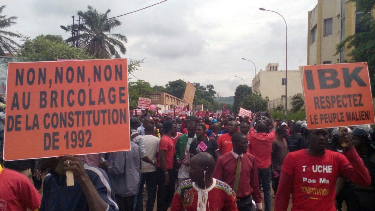 """#MALI #Referendum #constitution Les manifestants scandent IBK carton rouge avec des chants et des cris  pour le """"Non """". https://t.co/rqSKvi6lhY"""