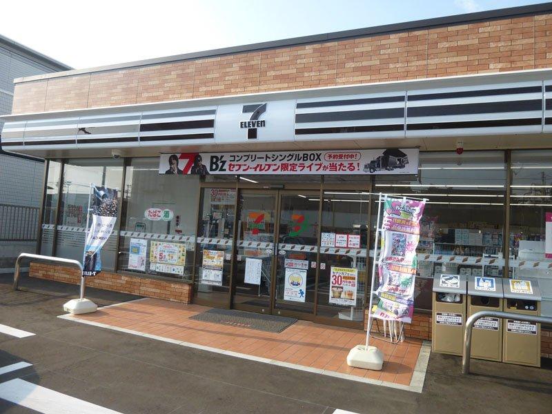 セブンイレブン由利本荘大門本町通店。景観条例地区のため、秋田県で唯一の「黒いセブンイレブン」になっているのだそうです。偶然通りかかってびっくりしました。