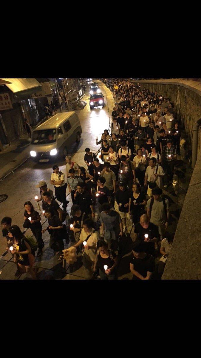 曉波,這滿長街的燭光,都是爲你送行的人啊  #曉波走好 #LiuXiaobo #香港燭光遊行 https://t.co/859X77aRMy