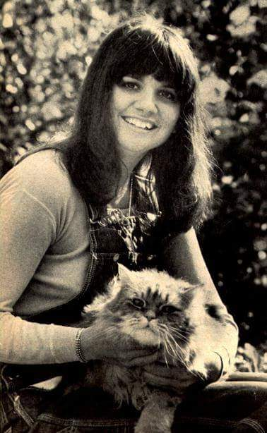 Wishing a Very Happy Caturday Birthday to legendary singer LINDA RONSTADT, who turns 71 years young today!