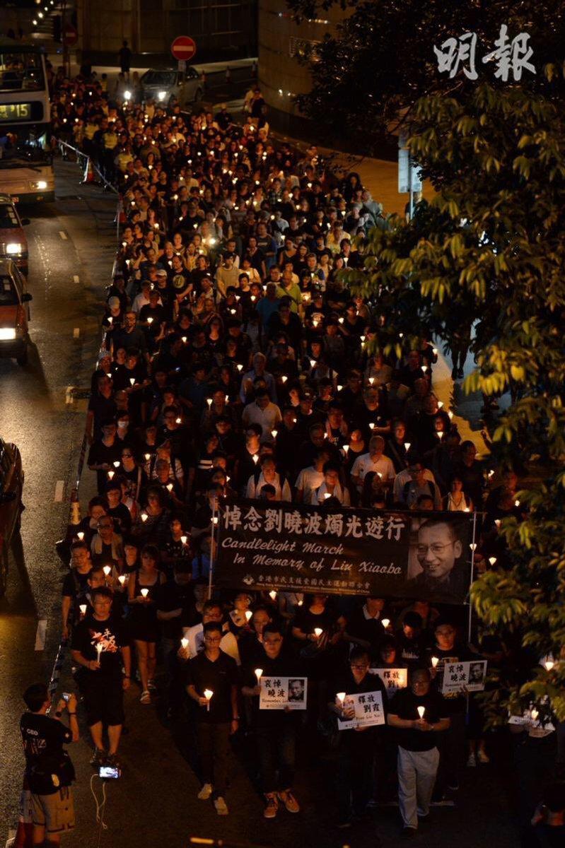 今晚雨好大,人好多。天地同哭。 淋濕透之後好像感冒了⋯⋯ (照片取自明報)  #悼曉波 #香港燭光遊行 #LiuXiaobo https://t.co/cT66DzKGfB