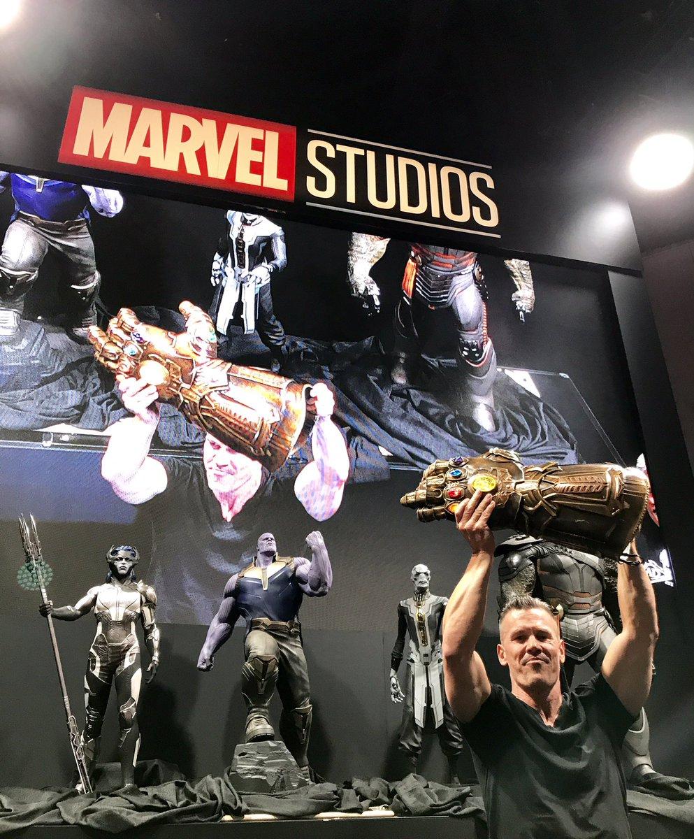 Josh Brolin com Manopla do Infinito em Vingadores - Guerra Infinita (D23 Expo)