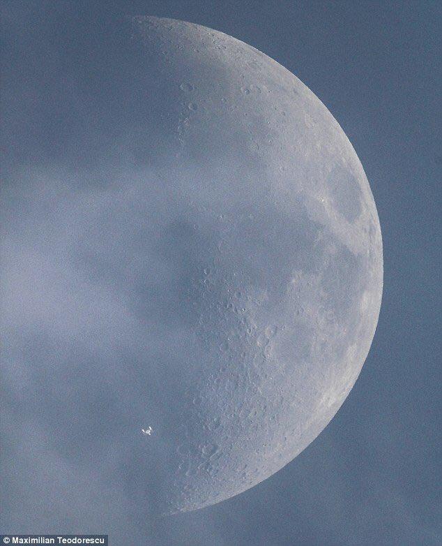 Sur cette photo: la Lune (de jour) avec la station internationale devant. Par Maximilan Teodorescu (Source: https://t.co/vTMA9BIuak)