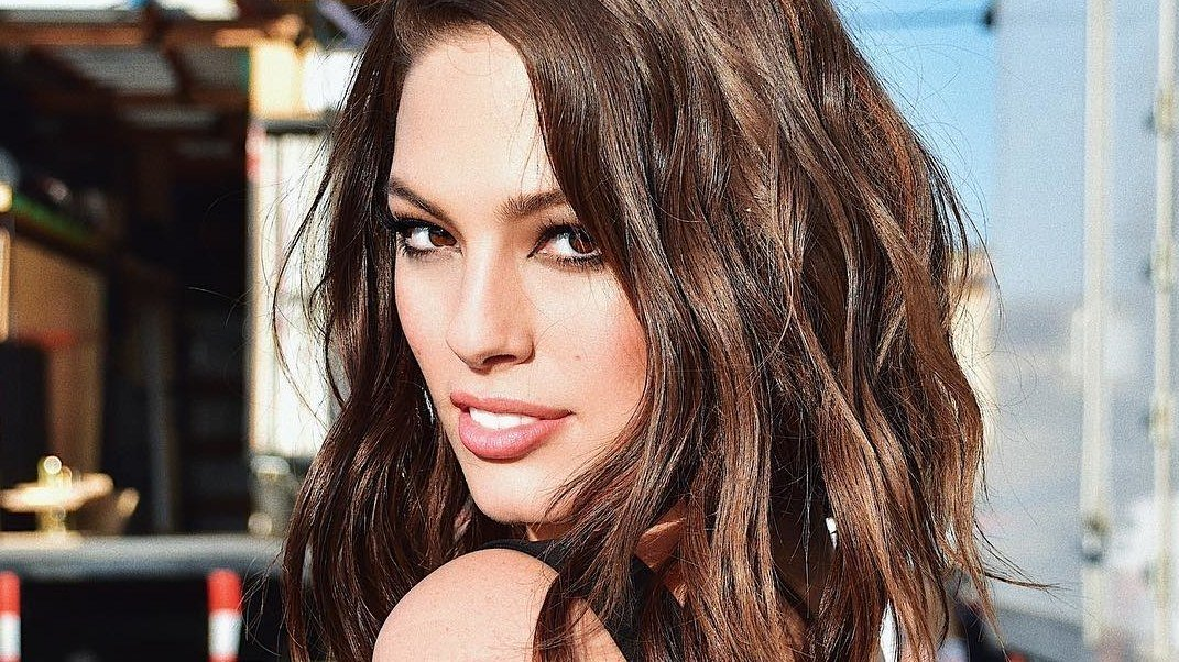 Ashley Graham may have just revealed she's working on a makeup line: https://t.co/i6nd5XYfdM https://t.co/Et4v2f5eAc