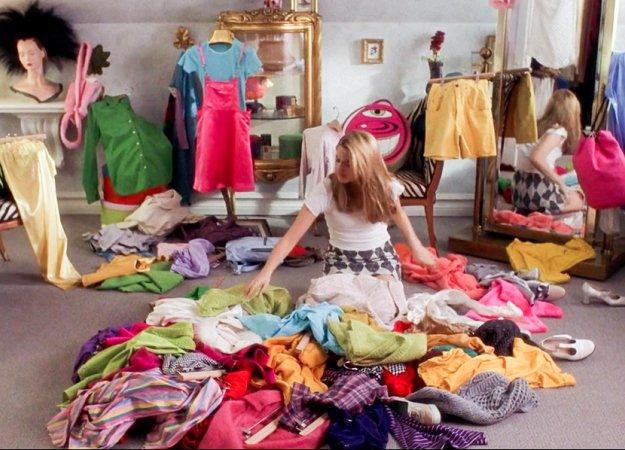 Devojka pregleda svoju garderobu