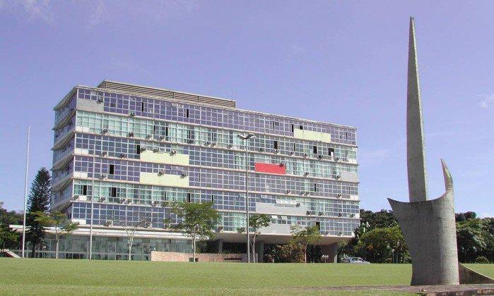 Alunos da UFMG consideram racista projeto da disciplina 'Casa Grande'. https://t.co/VJfrHsTQII
