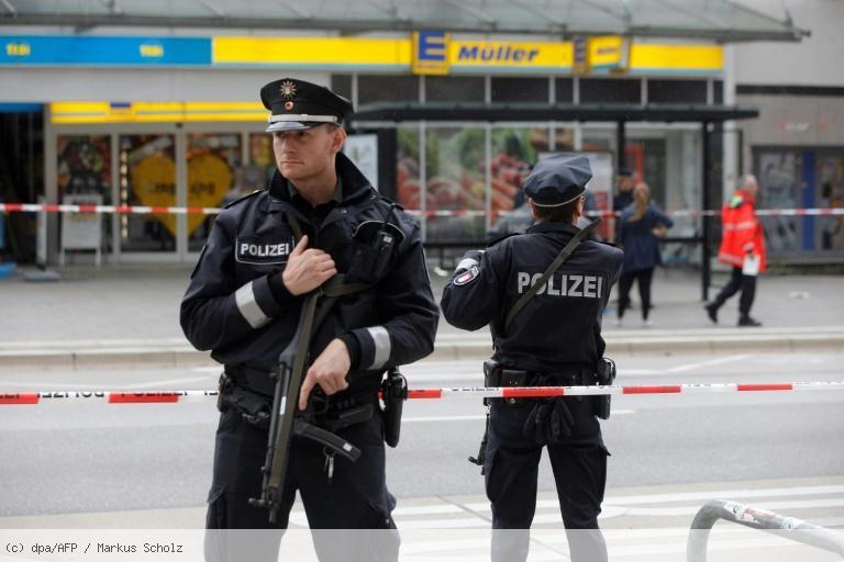 Attaque au couteau à Hambourg: un mort et quatre blessés https://t.co/zyDmi2Tchd