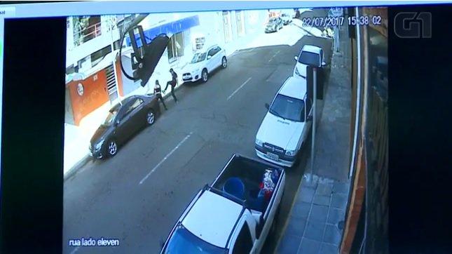 Preso homem flagrado por câmeras de segurança agredindo a ex-mulher em Santa Maria https://t.co/z63h2LIoqg