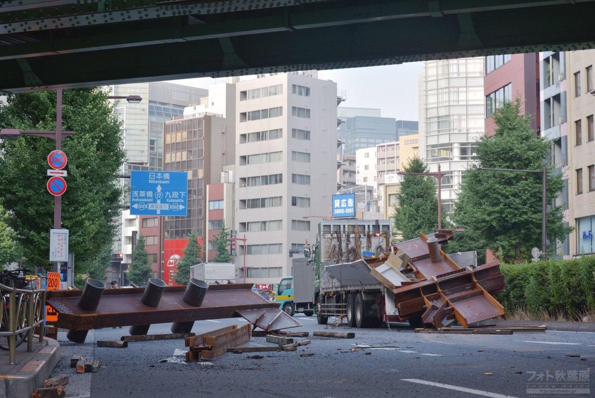 肉の万世付近で大型トラックから巨大な鉄骨の荷崩れが発生。事故が激しくて道路が完全に封鎖されてます…。 現在は万世橋交差点から先が通行止め。 https://t.co/wsN6poc6UN