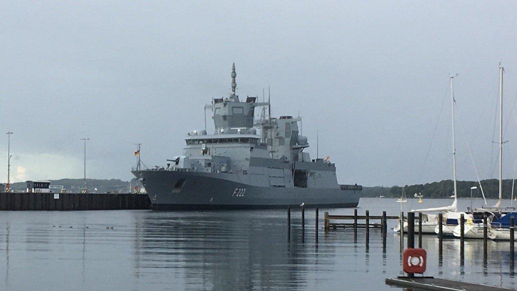 キール港の浜辺で朝食を食べたあと、見たことない大型艦が近くに接岸しているのを発見。ドイツ連邦海軍の最新型フリゲート「バーデン=ヴュルテンベルク」で、これから就役予定だそうです。なんともハイテク&多機能っぽい外見。