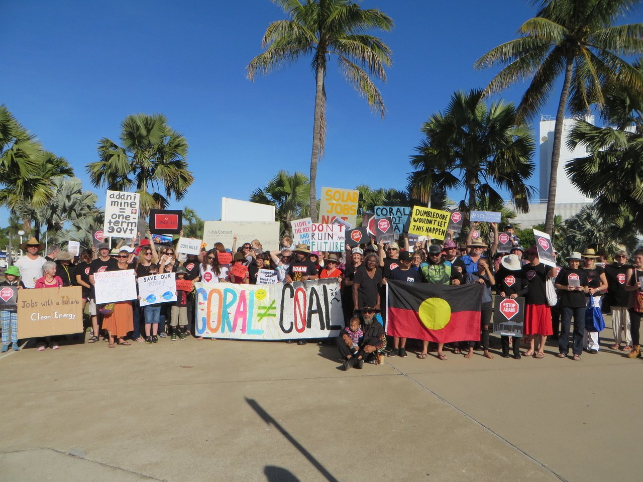 Townsville: 300 protestors and Juru Traditional owner Aunty Carol Prior say NO to Adani outside State ALP conference #ALPQconf #StopAdani https://t.co/0Sb2VVjy9p