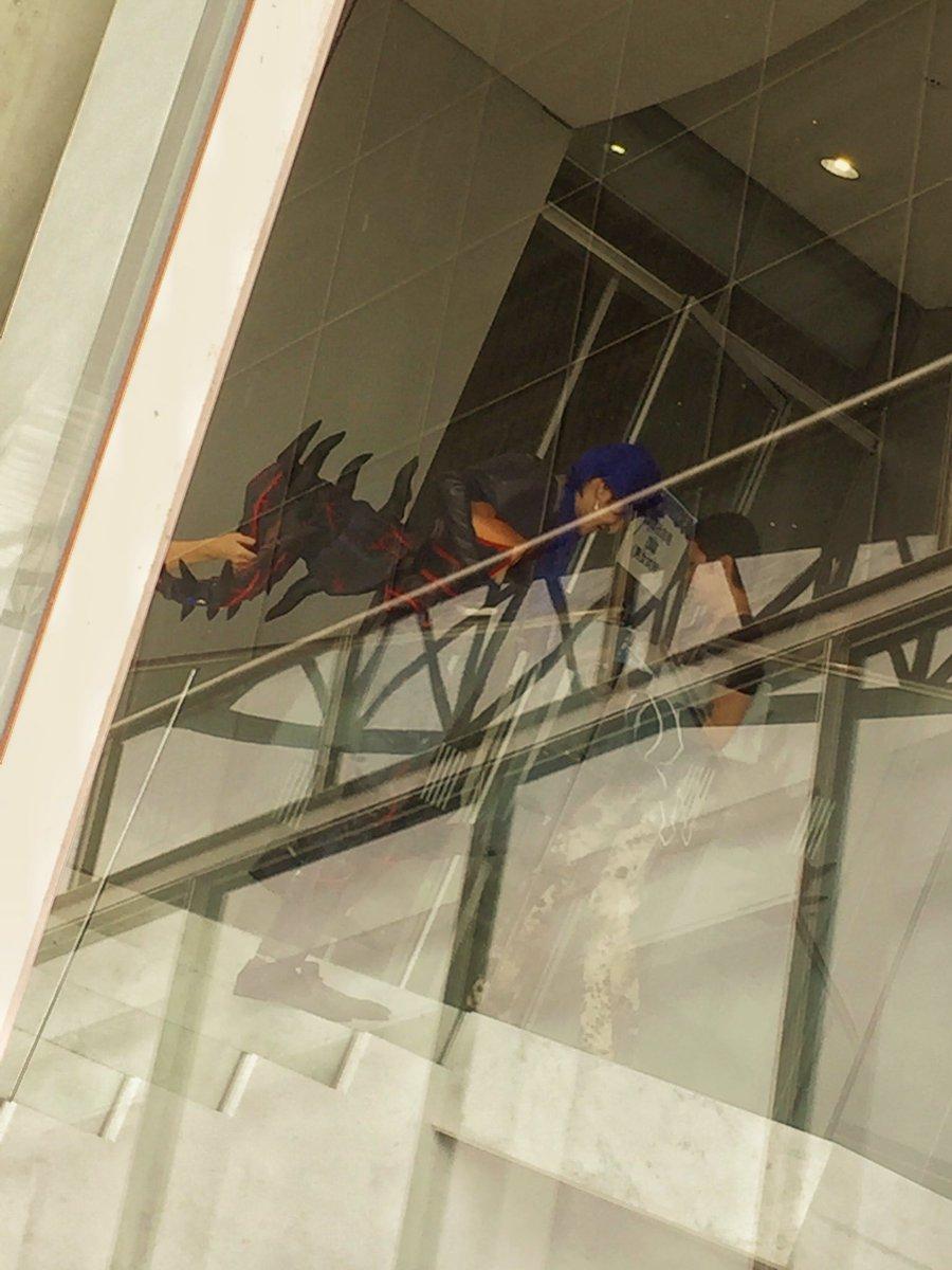 外の物販列並んでたらしまどりる先生が休憩に向かうとこに遭遇して笑顔で手振ってくれた………一人で階段上がれないオルタニキ………