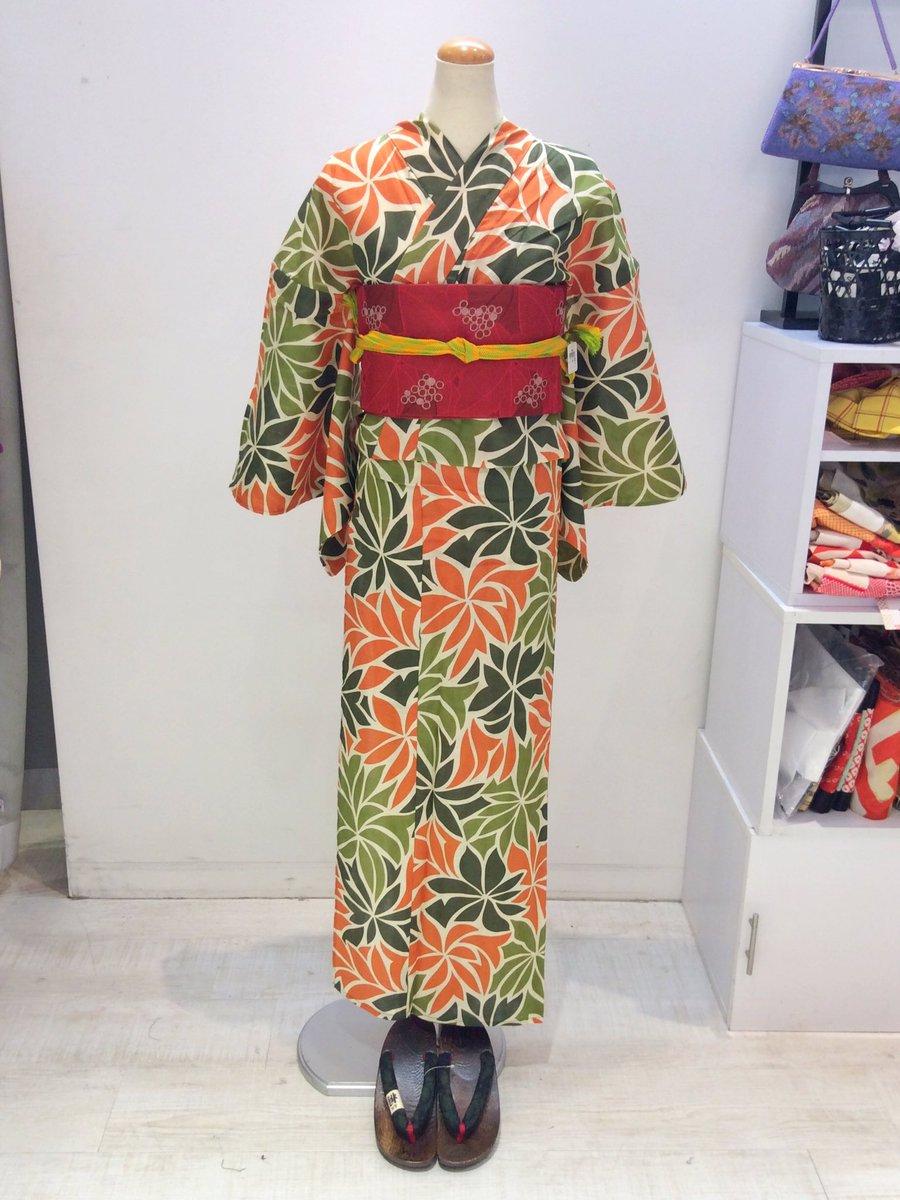 赤い帯でレトロコーデにしました♪ 古典柄はもちろん、着物のような柄の浴衣やポップな柄の浴衣まで種類豊富にご用意しておりますよ◎ #浴衣 #ゆかた  #yukata #花火 ...