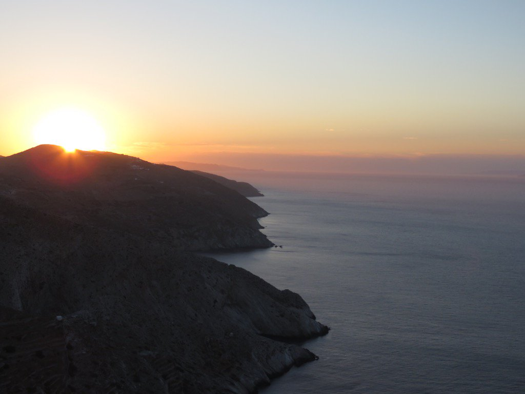 Wondering if famous #Santorini #sunsets will outdo those in #Folegandros.We are on our way to find out.#greekislands https://t.co/DQQxBwtHkQ