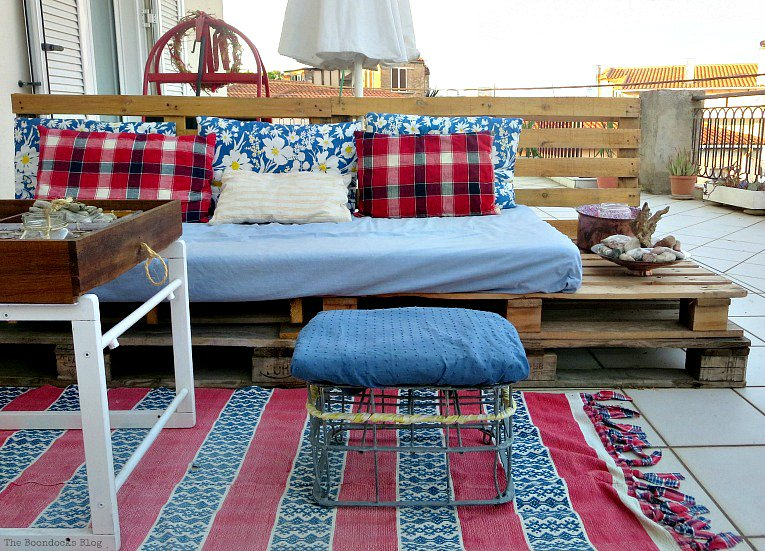 I #repurposed vintage finds, and #upcycled  junk and I have a lovely balcony!   http://www. theboondocksblog.com/home/how-to-de corate-a-balcony-with-re-purposed-treasures &nbsp; …  #deoratingoutdoorspace #DIYFrugal<br>http://pic.twitter.com/FljwULEK1J