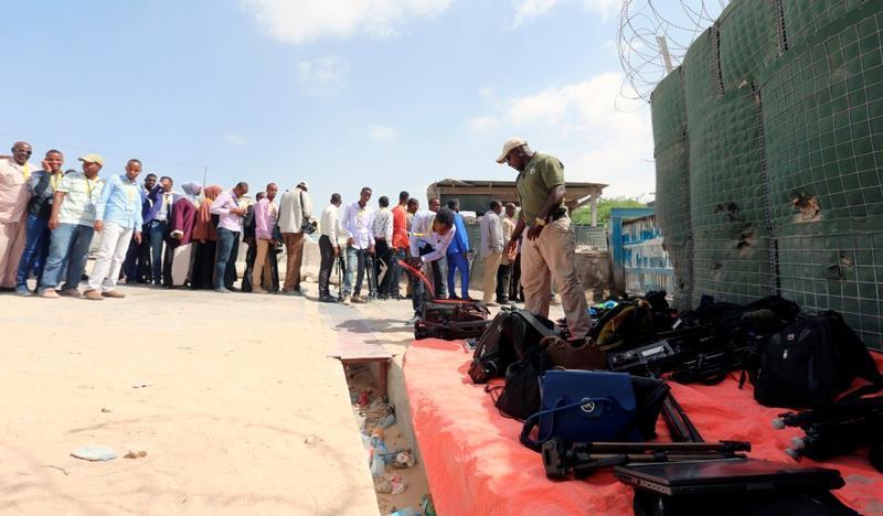 Back 2 the drawing board : #Somalia media law amendments fail 2 remove free speech restrictions @LaetitiaBader @hrw https://t.co/bTZH3ItyNR https://t.co/MH8TtxqeZm
