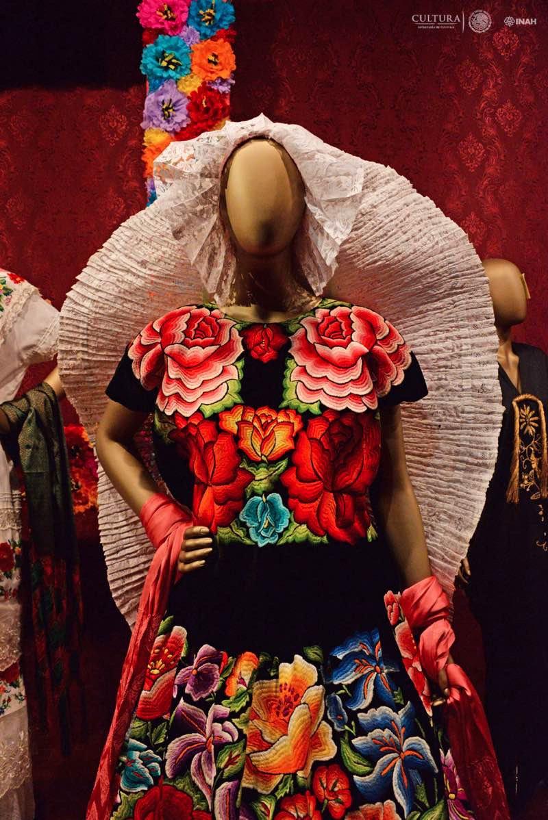 Admira Traje Tehuana Admira Traje Tehuana Forma Exposición