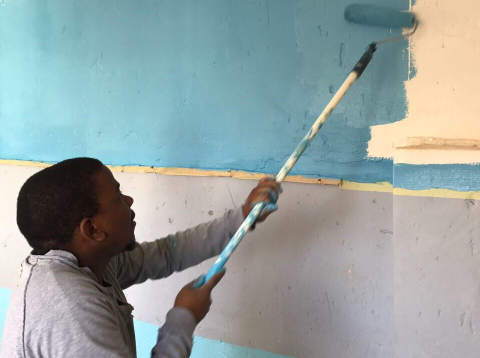 RT @fleishmanZA: The one and only @Thabolebelo showing us how it's done! Painting the Rising⭐️ Daycare #MandelaDay https://t.co/QvDzAILJi9