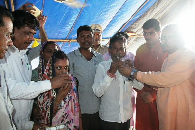 Year long Dharna and relay fast of displaced of Narmada project ends, Chudasama offers juice to end fast