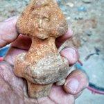#ArqueoBorn17 El #RecComtal continua donant sorpreses: una pedra amb decoracions incises, un rebló i una nina de terracota @arqueologiabcn