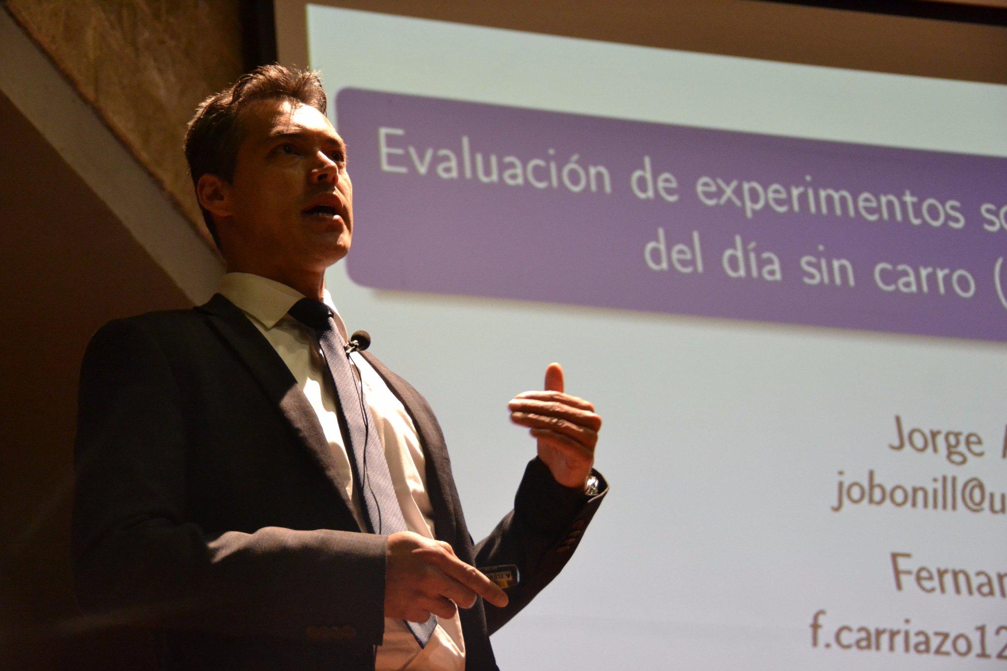 Inicia su intervención Jorge Bonilla, profesor de @EconomiaUAndes Simposio #CrecimientoVerde #EnVivo: https://t.co/kMvlsVZiTq https://t.co/zlOE8AOso3