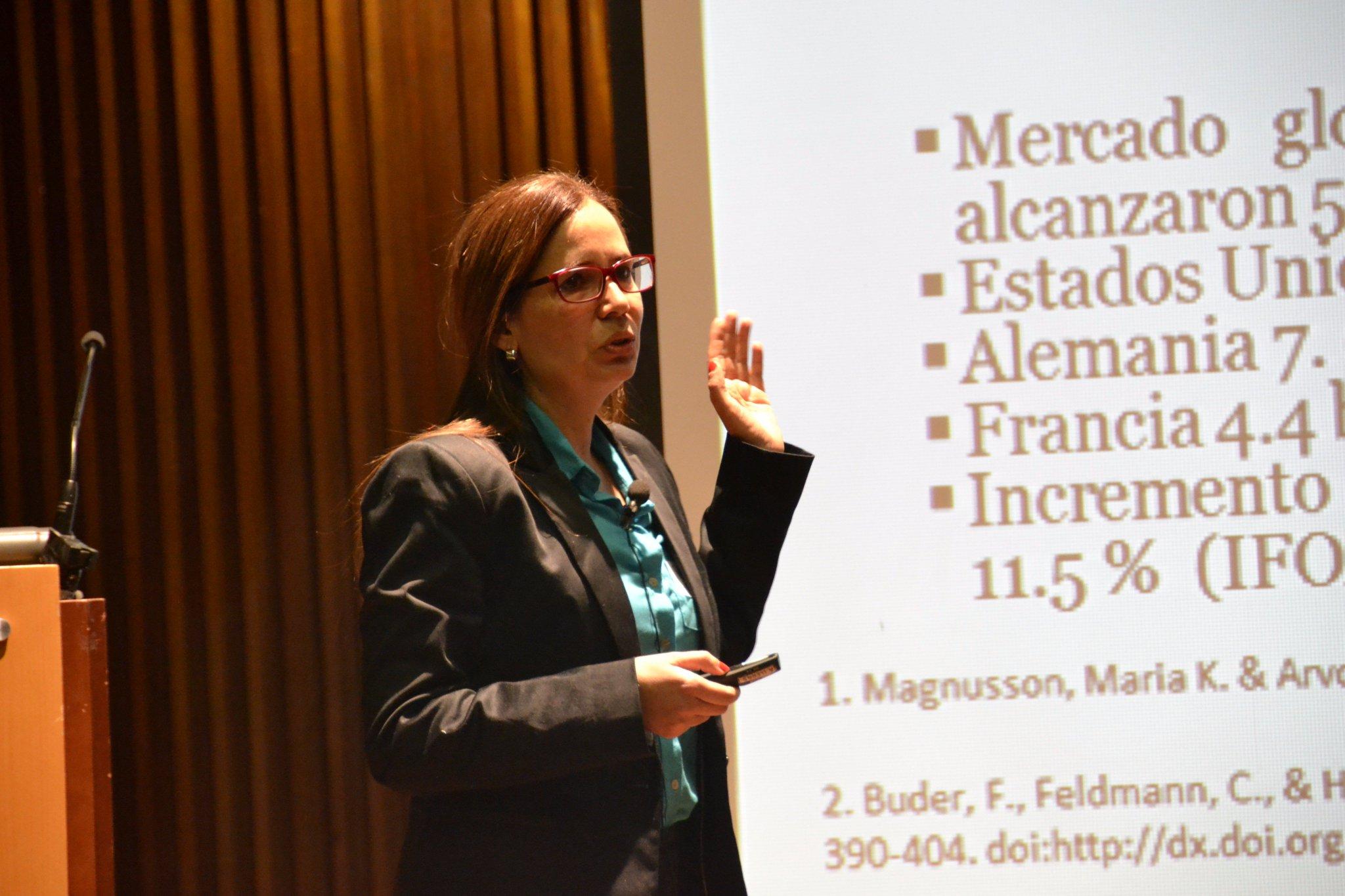 Interviene Ligia Gómez, profesora de @usantiagodecali Simposio #CrecimientoVerde #EnVivo: https://t.co/kMvlsVZiTq https://t.co/Y0MLSeO7F2