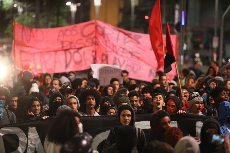 SP: Estudantes protestam na Paulista contra mudança no Passe Livre https://t.co/IOCvvF7Igx