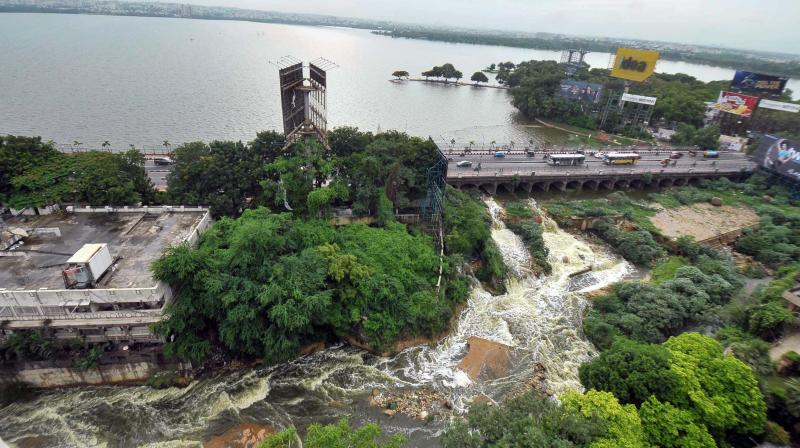 The #HussainSagar Lake Overflows following incessant rains in #Hyderabad. <br>http://pic.twitter.com/SygzMJ5X1x