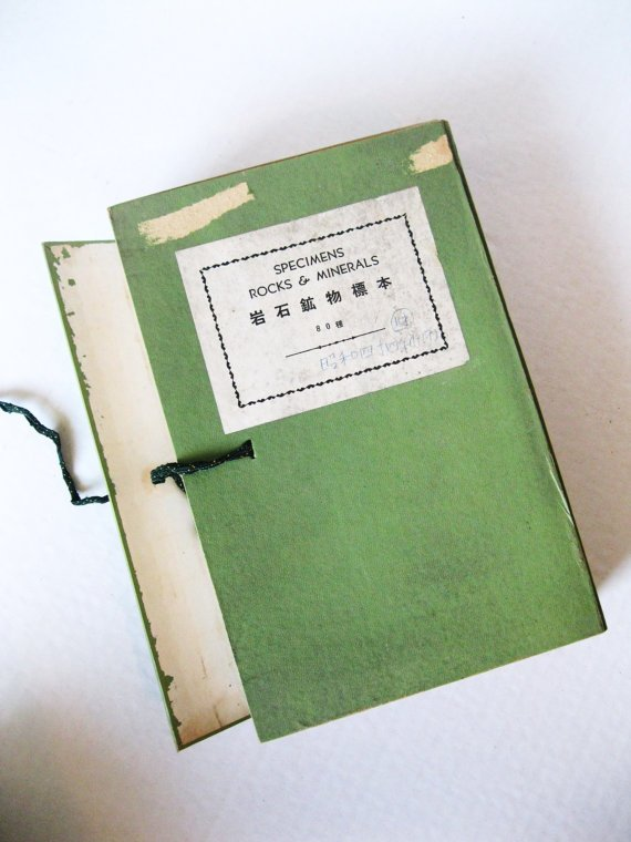 Libro-Colección de rocas japonés. Ejemplar en Kanji e Inglés. Vía TokyoVintage