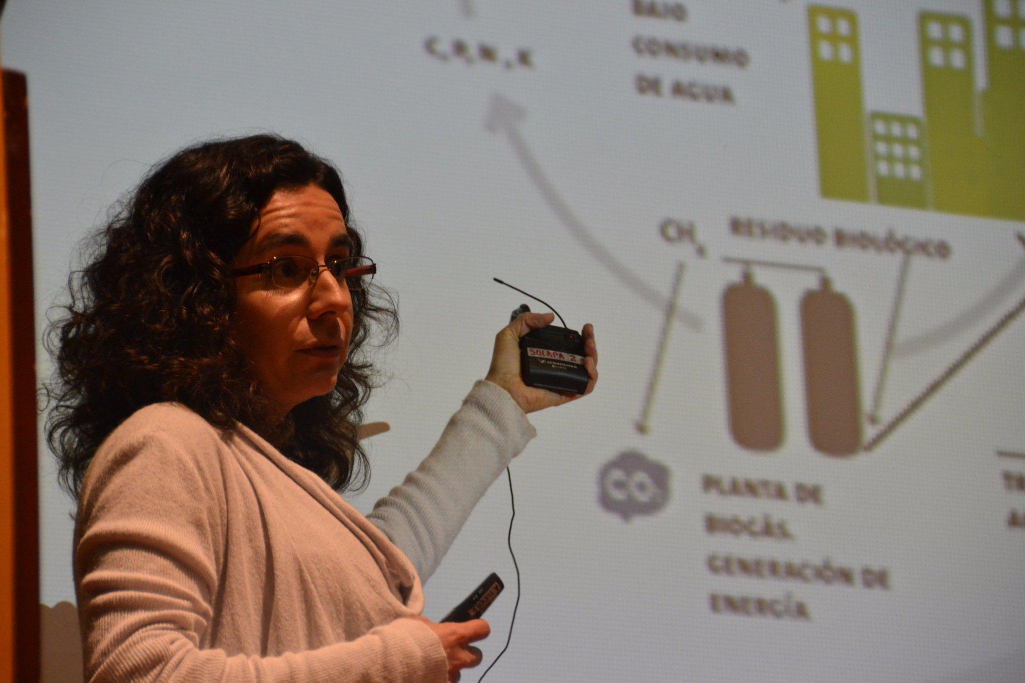 Interviene Claudia Pabón Pereira, profesora de @UAI_CL Panel #EconomíaCircular #CrecimientoVerde #EnVivo: https://t.co/1pnwASUUMV https://t.co/Of3oxLXTOc