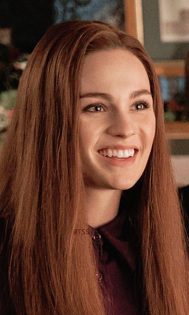 `   #PROFILE: @SkeltonSophie –– as Brianna Randall Fraser in #Outlander, season 3. ( Sophie&#39;s Bio + Bree&#39;s Description via STARZ ) <br>http://pic.twitter.com/w7NeE16JjB