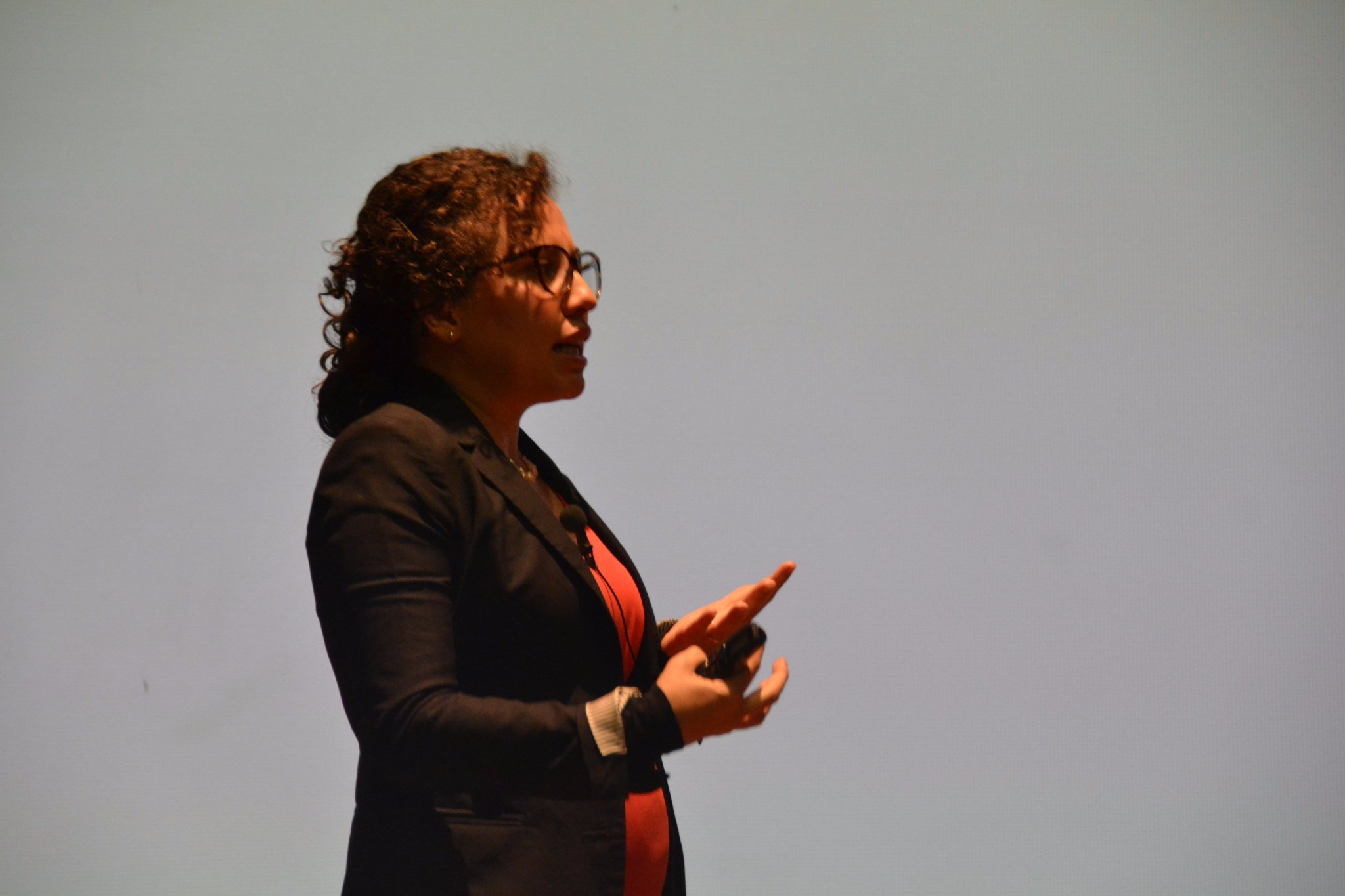 Interviene Andrea Herrera, profesora de la @Utadeo_edu_co Panel #EconomíaCircular Simposio #CrecimientoVerde: https://t.co/1pnwASUUMV https://t.co/dwnsGZs0MH