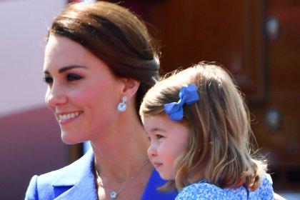 Fofura do dia: Kate Middleton e Charlotte com looks combinando https://t.co/U0aXdr95H8