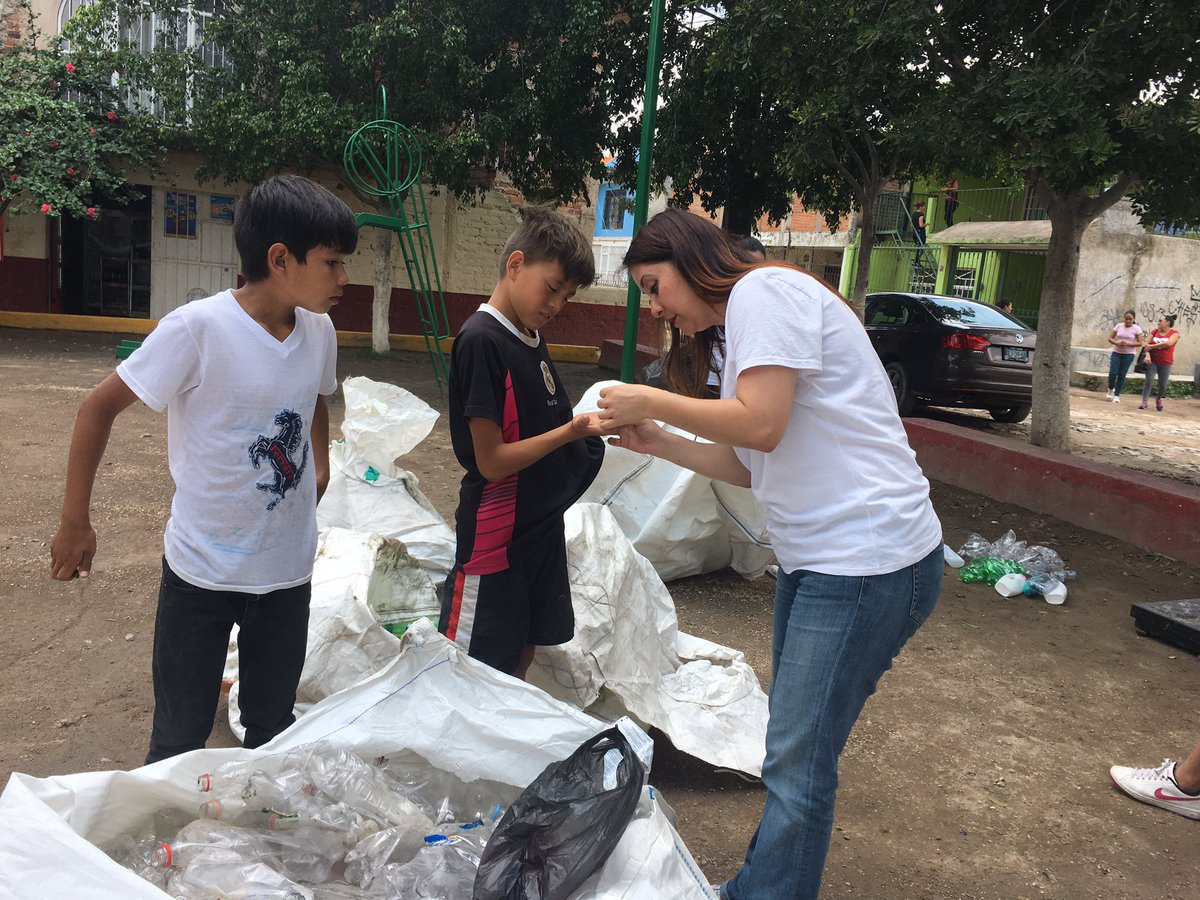 Trabajando juntos / Working together, community+protrash #ValledelSol #Tonala #Jalisco #Recycle #Recicla #Mexico #green #socent  #recyling<br>http://pic.twitter.com/HfouaLw2q1