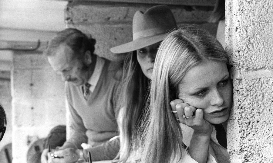 Colin Chapman, Nina Rindt and Twiggy (Lesley Hornby) in the pits at Brands Hatch. #F1 1970 #BritishGP (Courtesy of Hulton Archive)