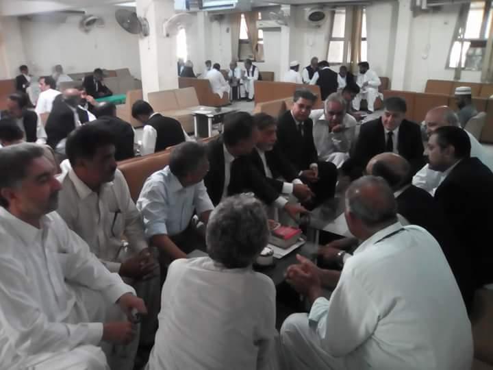 #Mashalkhan&#39;s #Shaheed #PeshawarHighCourt today plz support #mashal&#39;s dad #Iqbalkhan kaka 2 get #Justiceformashal #justice4mashal @UN #HRW <br>http://pic.twitter.com/8Gr2dz8e6f