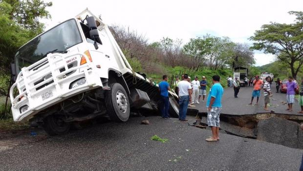En 3 días, dos socavones en dos carreteras nuevas: Cuernavaca y Oaxaca...