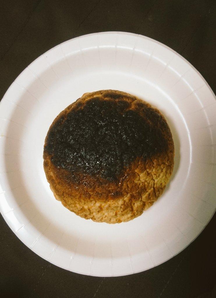 メロンパンをオーブンで少し焼くと美味しいって聞いたので、やってみましたが 隕石になりましたので隕石にしました