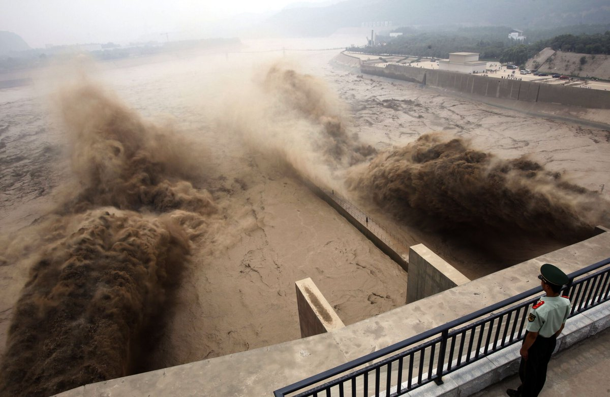 Dams hold sediment that downstream ecosystems need to thrive; release #methane in process.  http:// e360.yale.edu/features/why-t he-worlds-rivers-are-losing-sediment-and-why-it-matters &nbsp; …  #climatechange <br>http://pic.twitter.com/teAoiLJtWg