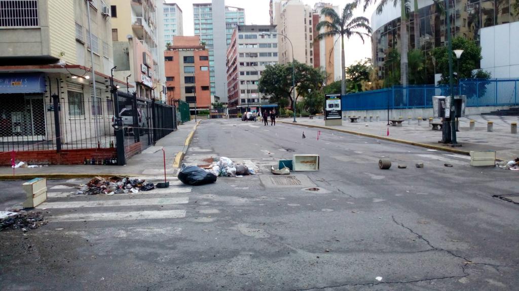 Atendiendo al llamado de la @unidadvenezuela hoy Caracas amanece paral...