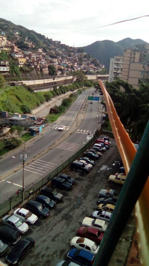 #Ahora Caricuao acata el #ParoCivicoActivo y vacía sus calles. https:/...