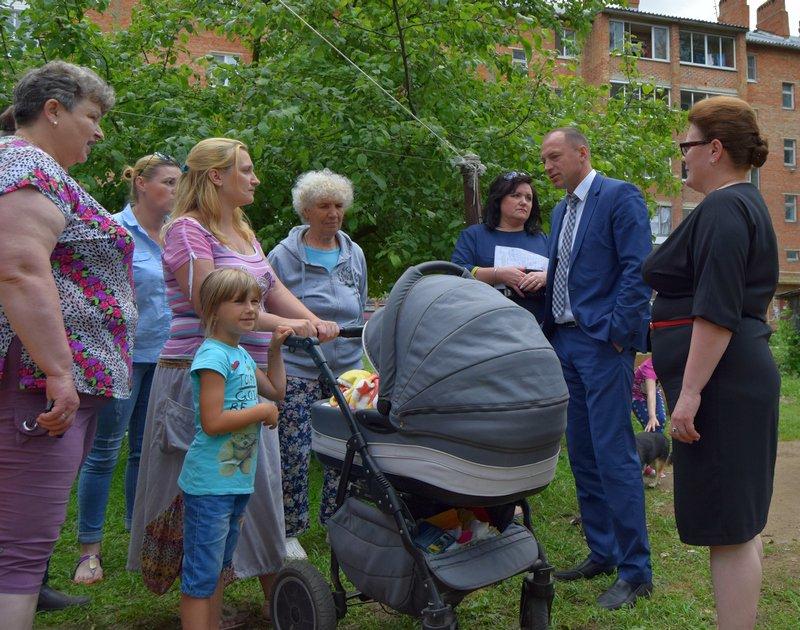 Марина Карташова и Николай Терехов осмотрели детскую площадку