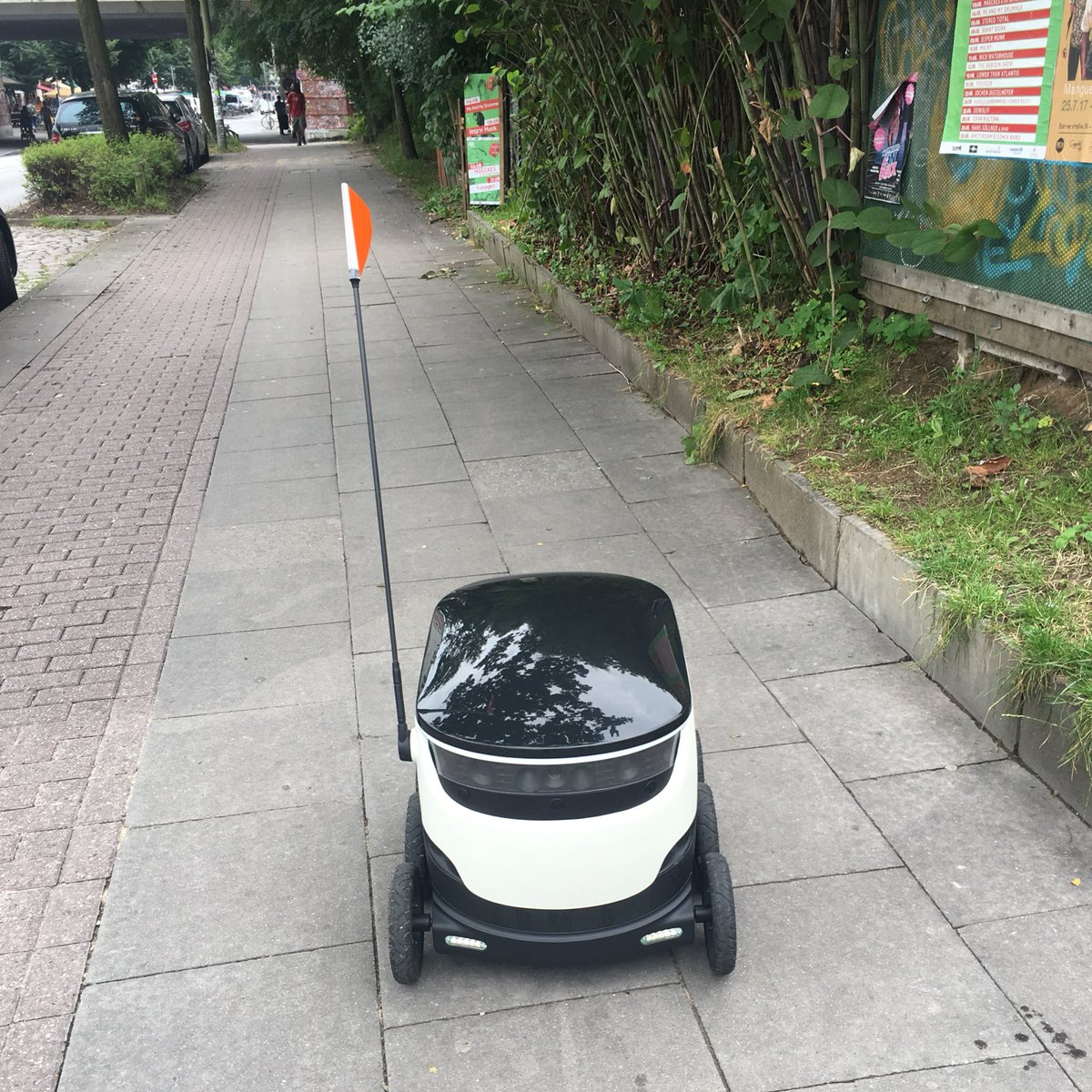 Met my first courier robot today in #Hamburg. He was really friendly, paused for a picture and delivered a burger successfully. Hi! <br>http://pic.twitter.com/NYTeQ7eUXo