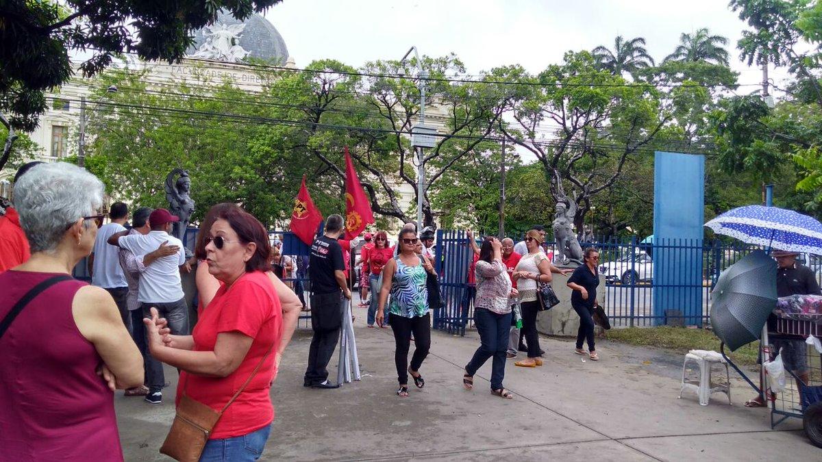 Começou a concentração para o ato em Recife, no Parque 13 de Maio #Dem...