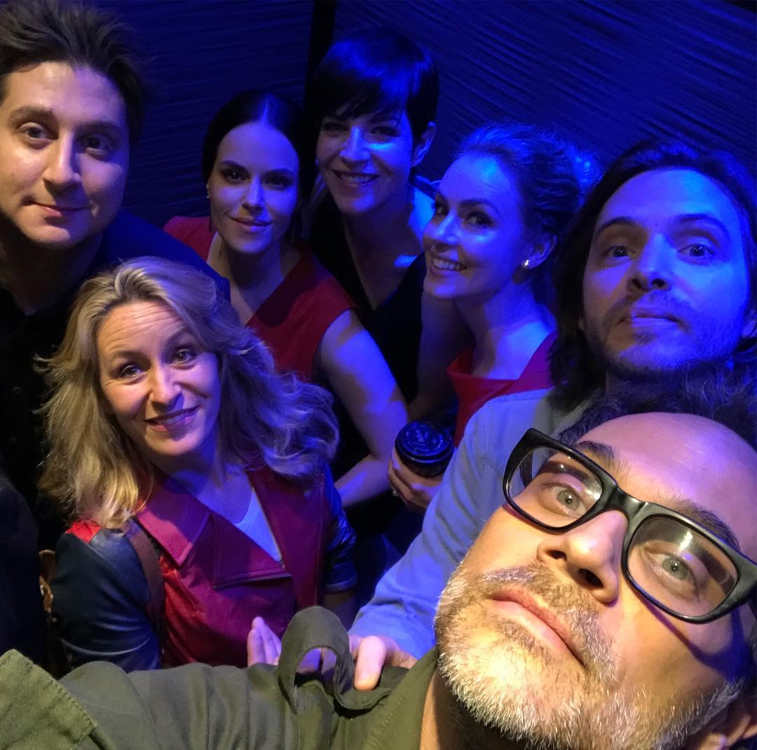 El reparto de #12Monkeys en un ascensor... ¿qué puede pasar? ¡De todo!...