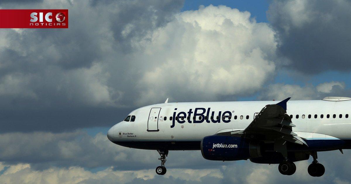Família expulsa de avião após filha de um ano dar um pontapé no banco...