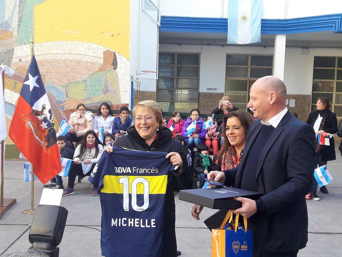 Boca le entregó el carnet de socia honoraria Michelle Bachelet