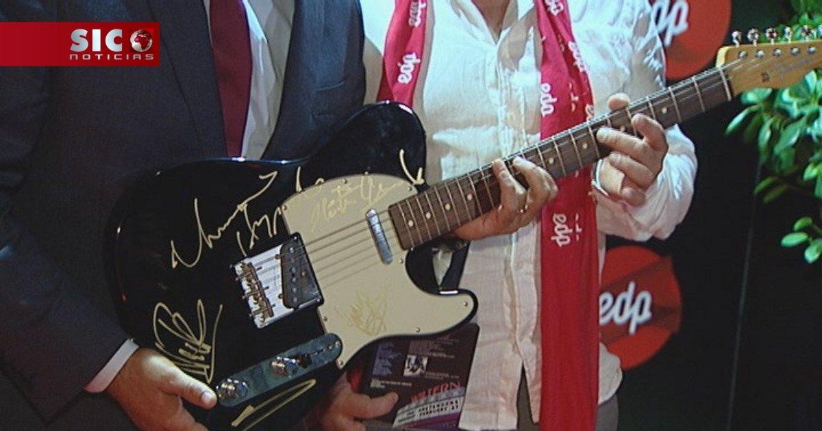 Guitarra de Chrissie Hynde leiloada por mais de 1500 euros https://t.c...