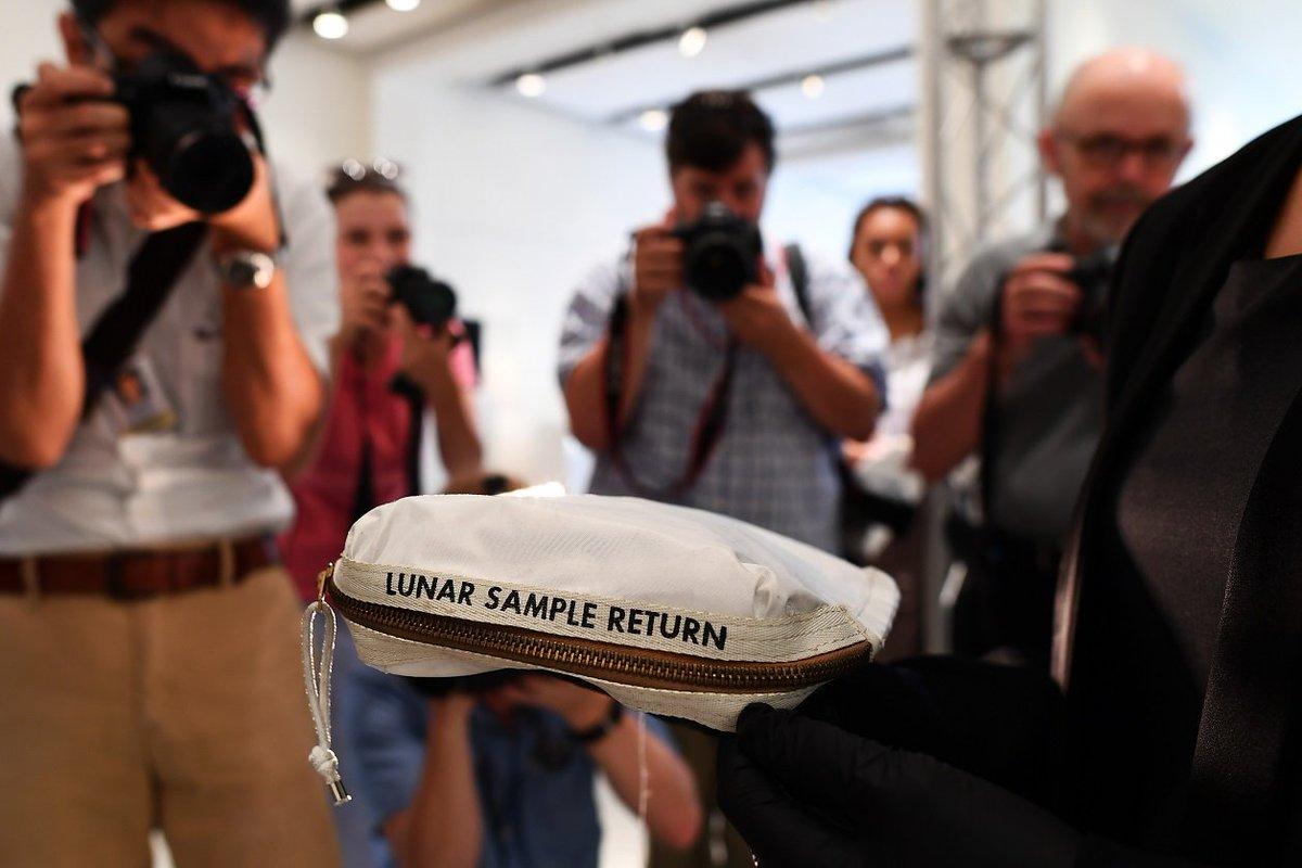 Le sac lunaire de Neil Armstrong vendu aux enchères pour plus de 1,5 million d'euros https://t.co/GSjvMOj62m